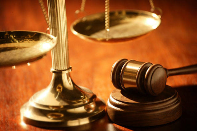 المحكمة واجهت المتهمين الأول والثاني والثالث بالتهم المنسوبة إليهم، بأن قاموا بتزوير صورة تأشيرة إقامة ورخصة قيادة