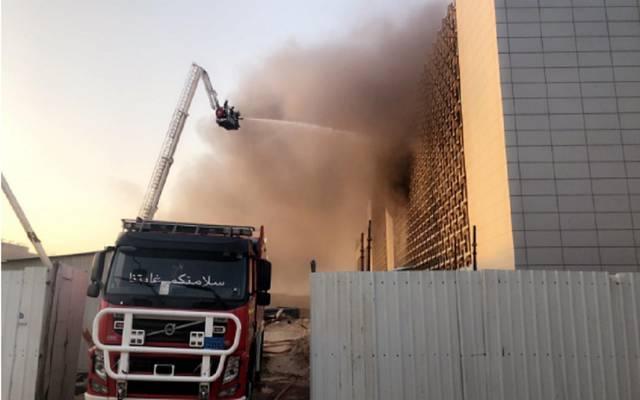 قوات الدفاع المدني أثناء السيطرة على الحريق