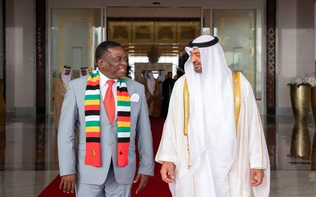 الشيخ محمد بن زايد خلال استقبال رئيس زمبابوي