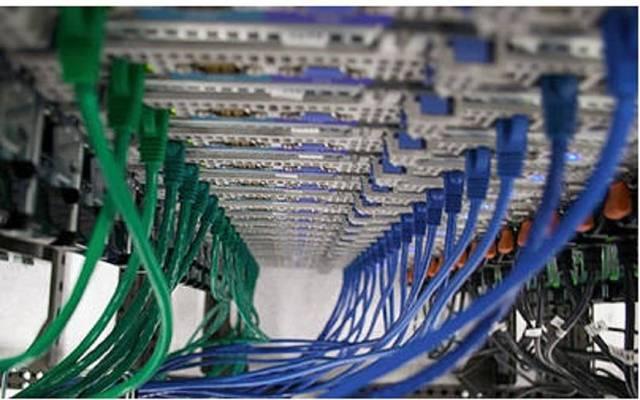 كابلات التوصيل بإحدى شبكات الإنترنت