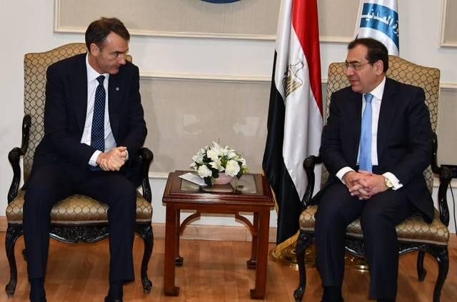 وزير البترول والثروة المعدنية المصري طارق الملا وبرنارد لوني الرئيس التنفيذي الذي سيتسلم منصبه مطلع العام المقبل
