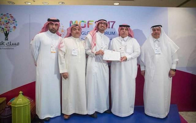 جانب من تسليم وزير التجارة والاستثمار ماجد بن عبد الله القصبي لرخص رواد الأعمال