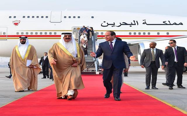 بالصور.. السيسي يستقبل ملك البحرين بمطار القاهرة