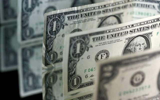 الدولار يسجل خسائر قوية مع بيانات اقتصادية متباينة