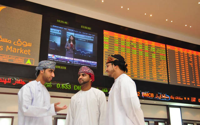 مستثمرون يتابعون أسعار الأسهم بسوق مسقط