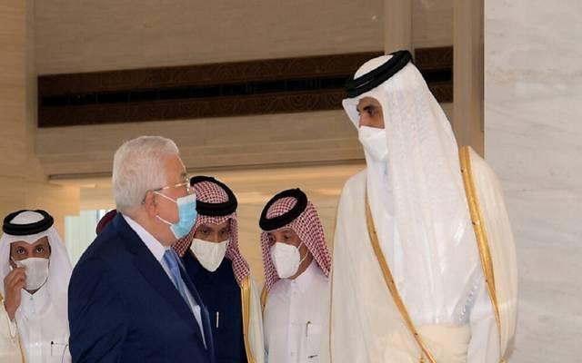أمير قطر الشيخ تميم بن حمد آل ثاني مع الرئيس الفلسطيني محمود عباس - أرشيفية