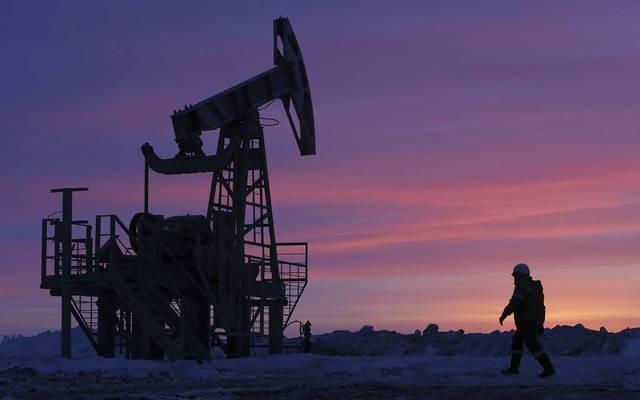 محدث.. النفط يرتفع 4% عند التسوية مع هدوء المخاوف التجارية
