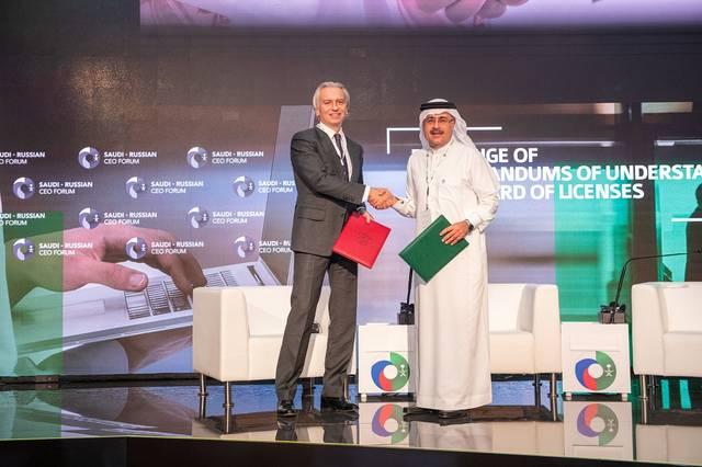 رئيس أرامكو السعودية وكبير إدارييها التنفيذيين، أمين الناصر، خلال مراسم التوقيع