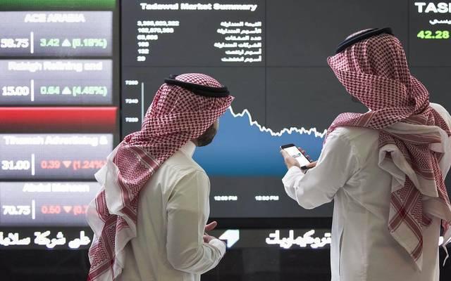 متعاملون يتابعون أسعار الأسهم السعودية، الصورة أرشيفية