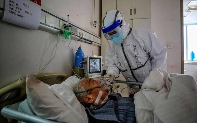 أحد المزاطنين بمملكة البحرين بغرفة العلاج من فيروس كورونا