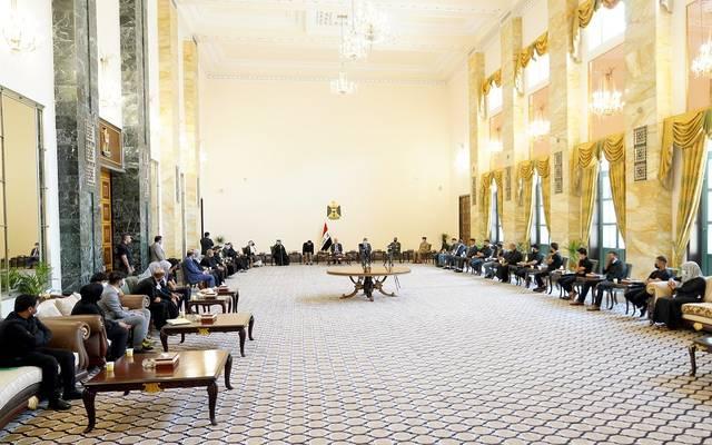 رئيس الوزراء العراقي خلال لقائه عوائل شهداء مستشفى الحسين في ذي قار