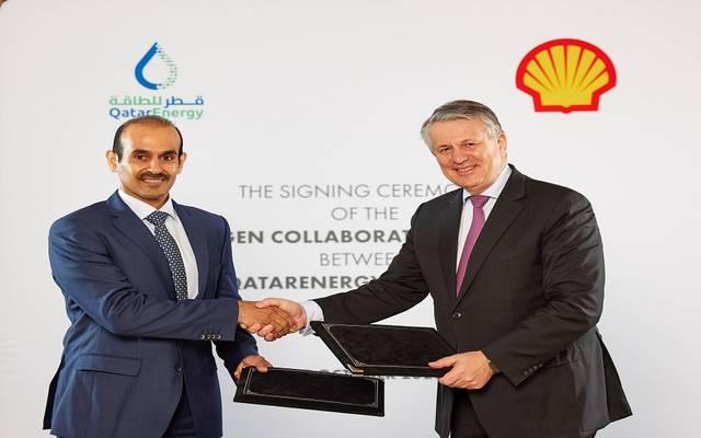 خلال توقيع الاتفاقية بين شركة قطر للطاقة وشركة رويال داتش شل