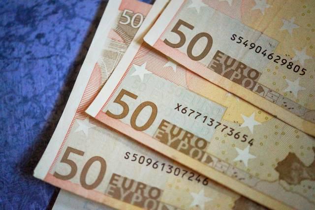 محدث.. خسائر حادة لليورو بعد بيانات اقتصادية سلبية