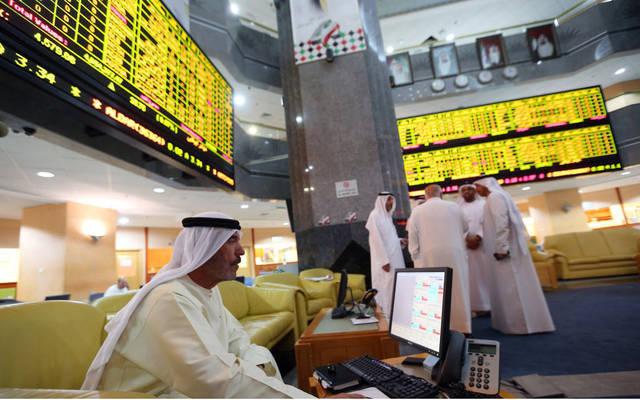 متعاملون يتابعون الأسعار بقاعة سوق أبوظبي المالي
