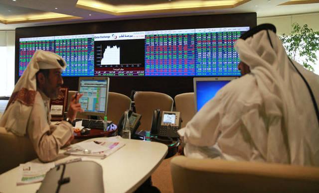 مستثمرون يتابعون التداولات ببورصة قطر