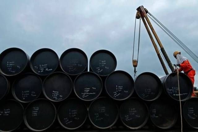 US crude inventories rise 1.6m barrels as oil prices plunge