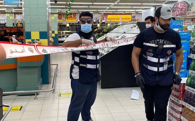 """فريق من """"التجارة"""" يقوم بإغلاق أحد الأسواق المخالفة في الكويت"""