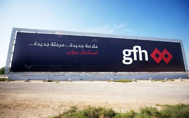لافتة تحمل شعار مجموعة جي إف أتش المالية