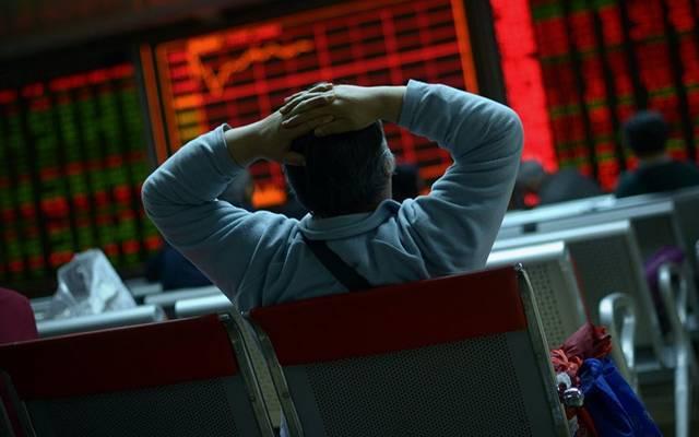 مستثمر يتابع بحسرة شاشة التداولات