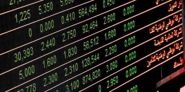 شاشة أسعار الأسهم في قاعة تداول أحد الأسواق الإماراتية
