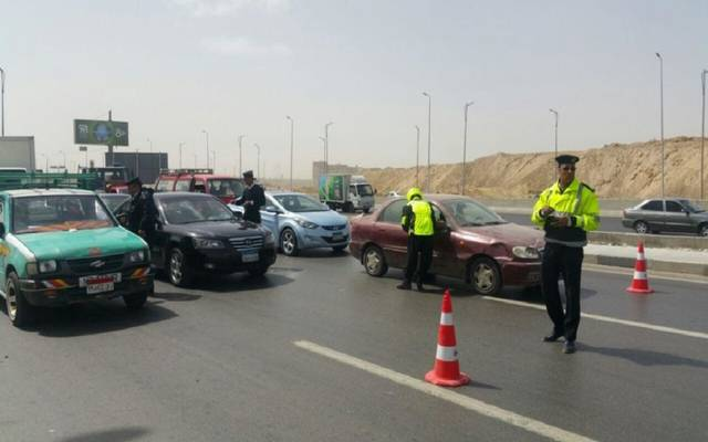 الداخلية المصرية تدعو مالكي السيارات سارية الترخيص لتركيب الملصق الإلكتروني