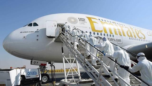 إحدى طائرات مجموعة الإمارات بمطار دبي الدولي