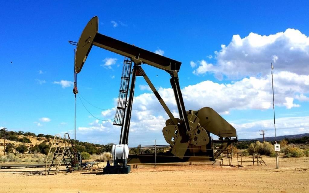 النفط يزيد 2.6% عند التسوية لكنه يسجل خسائر أسبوعية