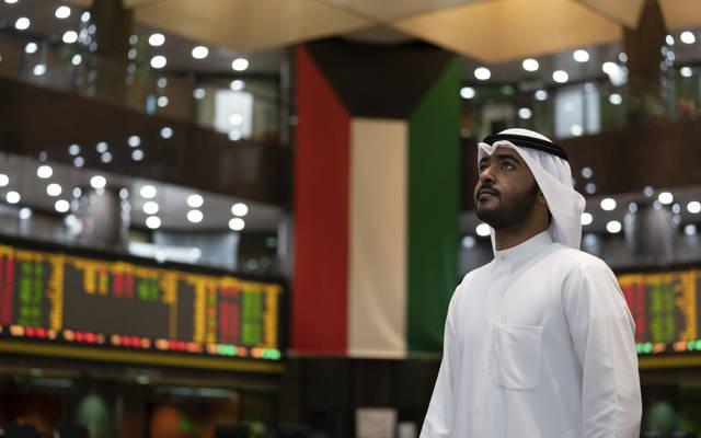 مستثمر يتابع التداولات في بورصة الكويت