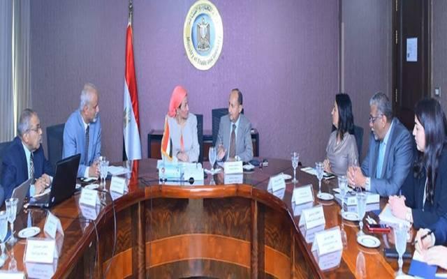 الحكومة تبحث ضمان تطبيق الاشتراطات البيئية في الصناعة المصرية