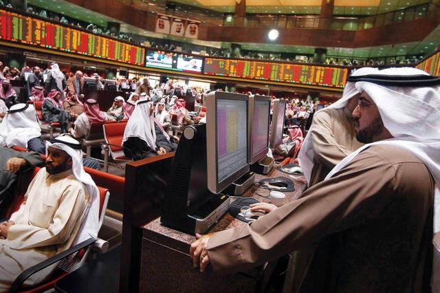 متعامل يتابع أسعار الأسهم الكويتية