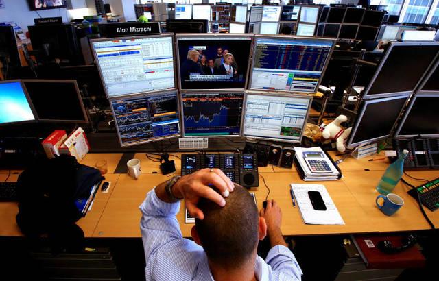 وسيط يتابع الأسهم العالمية - الصورة من رويترز أريبيان آي