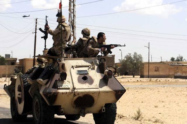 جنود مصريون بإحدى العربات المدرعة بشمال سيناء