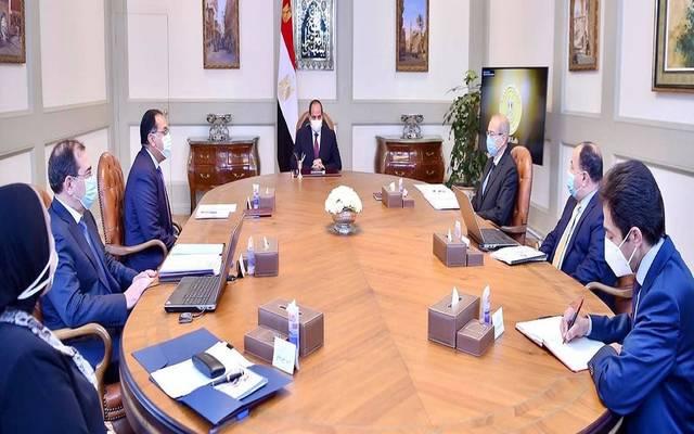 جانب من اجتماع الرئيس السيسي مع رئيس الحكومة ووزراء البترول والمالية والصناعة