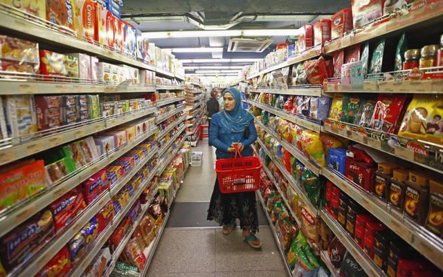 سيدة تتسوق داخل أحد المتاجر