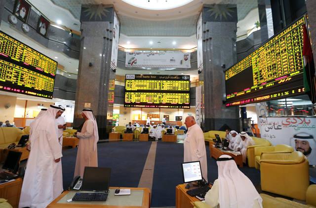 متعاملون يتابعون أسعار الاسهم بسوق أبوظبي المالي