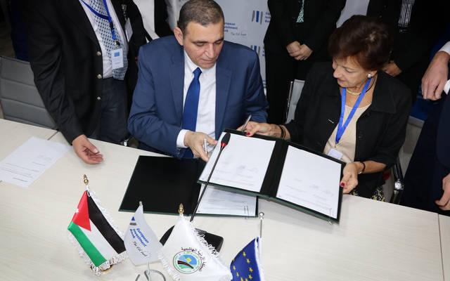 جانب من توقيع الاتفاقية بين مدير عام بنك تنمية المدن والقرى أسامة العزام وممثل بنك الاستثمار الاوروبي في منطقة الشرق الأوسط فلافيا بلانزا