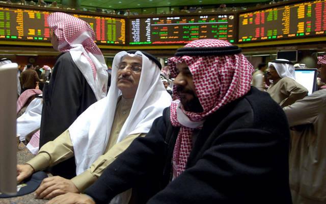 مستثمران يتابعان التداولات ببورصة الكويت