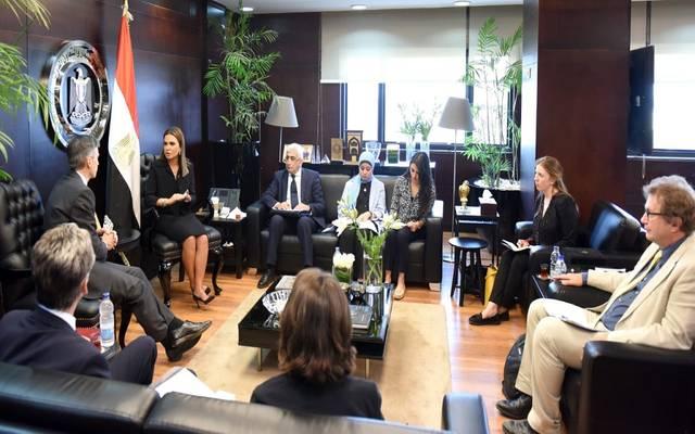 وزير شؤون التنمية الدولية بالمملكة المتحدة أندرو موريسون خلال مباحثاته مع وزيرة الاستثمار المصرية سحر نصر