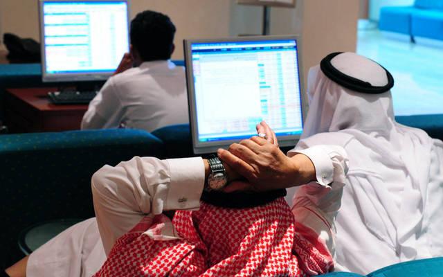 مساهمون يتابعون أسعار الأسهم