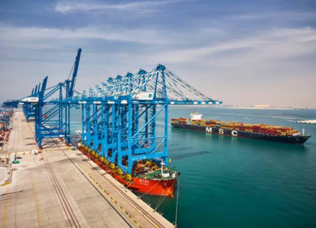 محطة الحاويات في ميناء خليفة