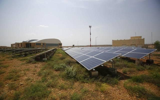 سوفت بنك وصندوق الاستثمارات السعودي يبحثان تمويل مشروع شمسي عملاق