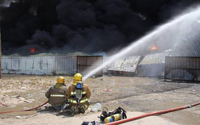 """بالصور..فرق الإطفاء الكويتية تسيطر على حريق بمستودعات بـ""""الصليبية الزراعية"""""""