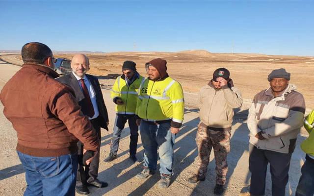 رئيس الوزراء الأردني عمر الرزاز خلال تفقده لسير العمل بمشروع إعادة تأهيل الطريق الصحراوي