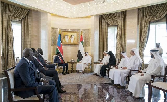 الشيخ محمد بن زايد ولي عهد أبوظبي خلال توقيع الاتفاقيات مع رئيس جمهورية جنوب السودان سالفاكير ميارديت