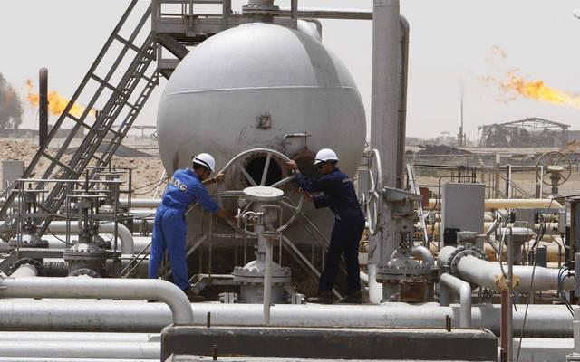 عاملان في أحد المواقع النفطية