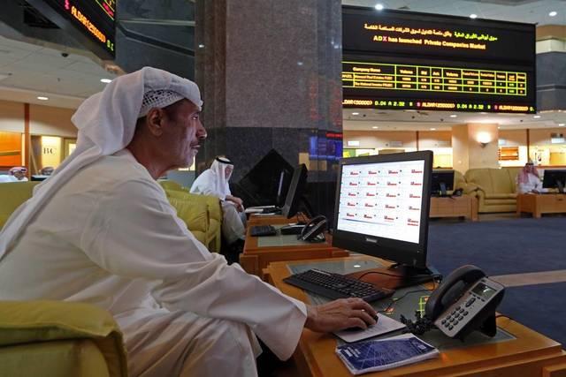 مستثمر داخل مقر سوق أبوظبي للأوراق المالية