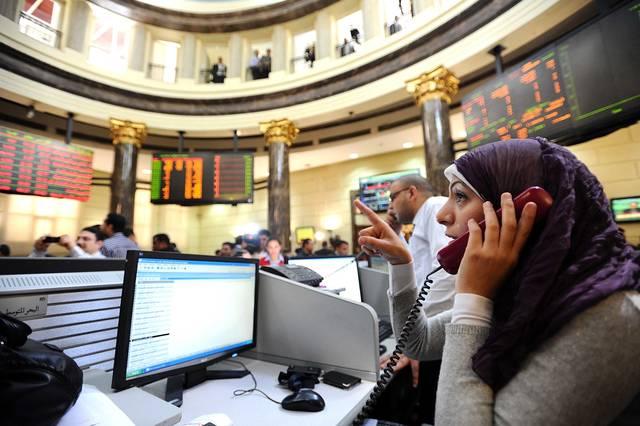 سمسار أمام شاشة التداول في البورصة المصرية