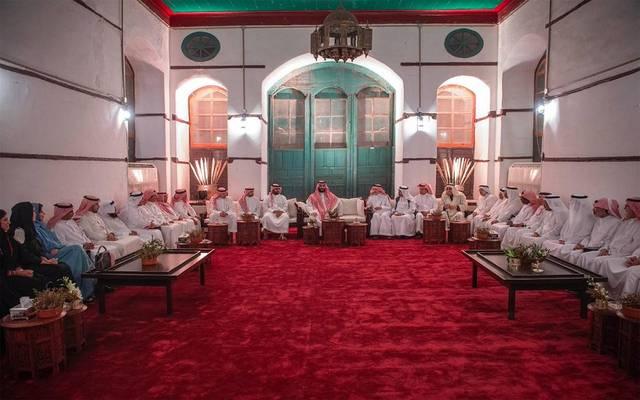 ولي العهد خلال لقاء مجموعة من مثقفي المملكة