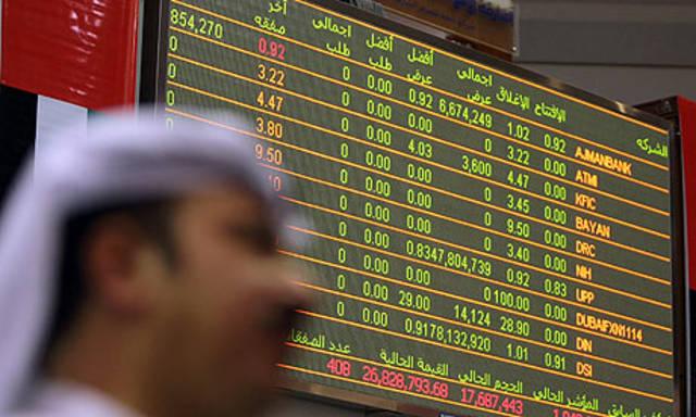 متعامل يتابع الأسعار بقاعة سوق دبي المالي