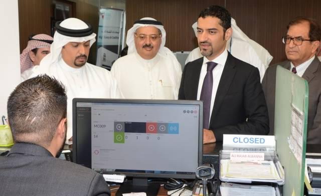 جانب من زيارة الوزير لأحد مراكز خدمات المشتركين بهيئة الكهرباء والماء البحرينية